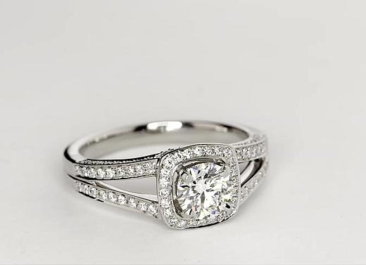 Bague de fiançailles halo cercle fendu de diamants Monique Lhuillier en platine